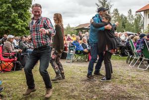 """""""Det går ju inte att sitta stilla"""" sa kusinerna Johan och Karin Backlund från Enviken. De gick upp och dansade till Hank T Morris, och fick snart sällskap av fler."""