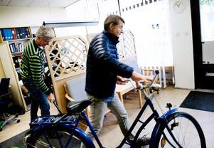 Cykeln är bra för jobb inom närområdet. Här är Jan Wijk på väg ut på jobb.