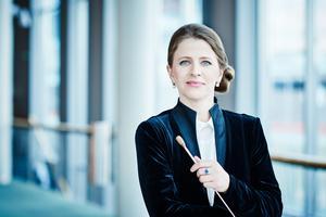Dirigenten Kristiina Poska fick en stående ovation. Bild: Pressbild
