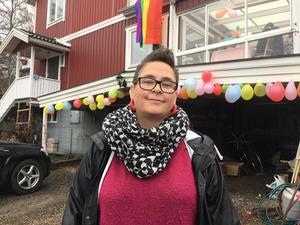 Julia Fritzon ordnar trädgårdsfest med ballonger och prideflagga när NMR går förbi.
