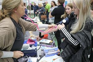 Ulla-Carin Huovinen från hemsjukvården kollar blodtrycket på Fanny Karlsson.