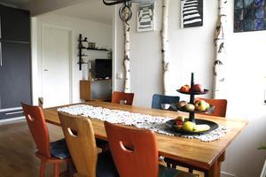 I köket står stolar i olika färger, signerade Carl Malmsten.