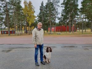 Kenth Olaisson är ordförande för Hudiksvalls kennelklubb. Han berättar att man som hundägare är orolig för att hunden ska få i sig något farligt