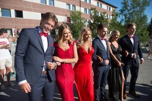 Studenter från Thorens business school matchade i svart och rött.