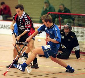 Simon Mossnelid försöker stoppa en av världens bästa spelare genom tiderna, Pixbos Magnus Agustsson.