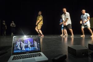 Täljerevyn har ingen orkester under repetitionerna, så de övar till youtube-klipp från föreställningen i vintras.