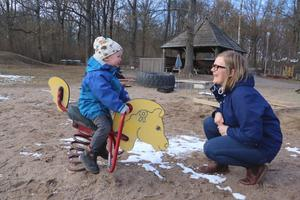 Diana Björkstrand Järn med sonen Björn, 3 år, på förskolan Växthuset Berga i Fjugesta.- Det blir barnen som drabbas av det här när det blir en förvaringsplats.