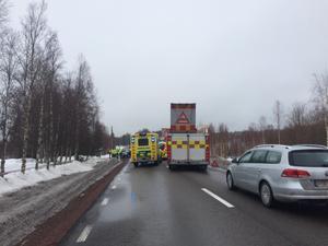 Två personbilar krockade i höjd med Vika längs med E45 på torsdagsförmiddagen.