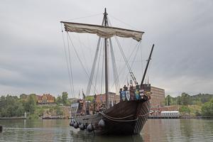 Piratskeppet Roter Teufel på väg genom slussen.