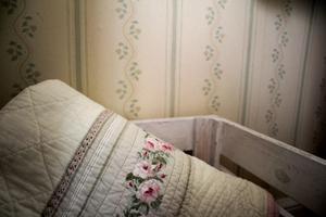Tapeten satt på väggarna i stugan när Nissa köpte huset, men hon vet inte åldern på den.