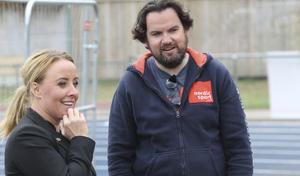 Rebecca Fältström, ansvarig för Gavlehov Arenaby, och Dennis Österberg, var nöjda efter godkännandet av den nya kastburen.