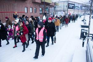 Marschen går längs Faluån på väg mot Hälsingtorget.