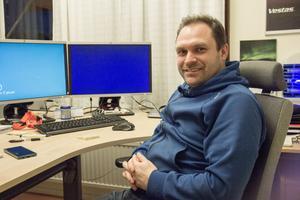 Jonas Engström planerar jobben åt teknikerna som servar vindkraftsturbinerna.