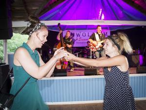 Lisa Nordh och Denise Zambon buggar till Deep Valley Bandits under torsdagskvällen i Grycksboparken. Foto: Mikael Forslund