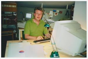 Stieg Larsson jobbade som grafiker på nyhetsbyrån TT i 20 år. Samtidigt lade han mycket tid och kraft på att kartlägga högerextremister i Sverige. Pressbild: SF Studios