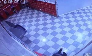 Mannen kryper in genom en pantmaskin för att koma in i det låsta utrymmet där drickabackarna förvaras.  Bilder: Polisens förundersökning
