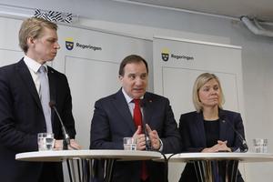 Statsminister Stefan Löfven (mitten) , finansminister Magdalena Andersson och biträdande finansminister Per Bolund presenterade skattesänkningar för pensionärerna vd en pressträff 2017.