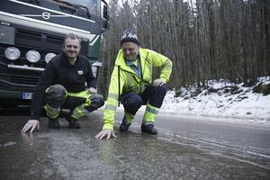 Stefan Lindberg och Darko Ljevar var inte speciellt nöjda med det ofrivilliga stoppet, men tog det ändå med jämnmod. En sak är säker – vissa vägavsnitt lämpade sig mer för skridskoåkning än fordonstrafik.