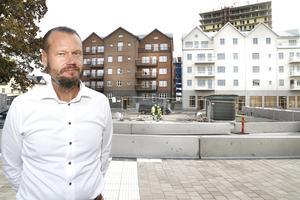 – Kombinationen med det vita putsade huset och tegelhuset gifter sig väldigt vackert, säger Magnus Fagerström, vd på Centrumfastigheter som låtit bygga Hamnhus 1.