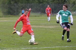 Semir Salia var ett ständigt orosmoment för Östavallsförsvaret. Sundanfallaren svarade för reduceringen till 1–2 och spelade fram Per Nyman till 2–2.