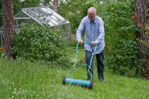 Handgräsklipparen har flera fördelar, bland annat får man motion samtidigt som gräsmattan blir fin.