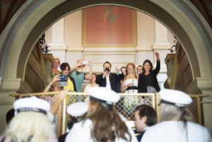 Rektorn Jon Backlund-Arab och personalstyrkan tar emot eleverna i trappen i Stadshuset.