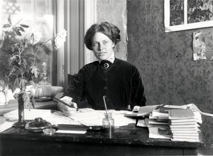 Kerstin Hesselgren, född 4 januari 1872 i Hofors, Gästrikland, död 19 augusti 1962 i Stockholm. Hon var en pionjär på många sätt, den första kvinnan i riksdagen och Sveriges första yrkesinspektör. Foto: Kulturföreningen Fogelstad.