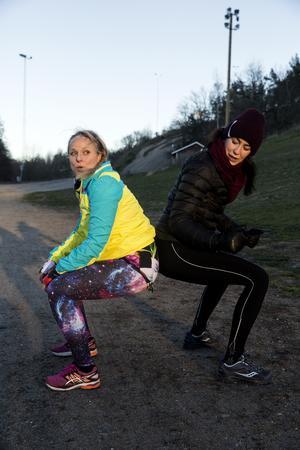 I den här övningen visar Fia hur man med ryggarna mot varandra ska landa i djupa knän. Sedan kan fighten börja med att trycka varandra bakåt.