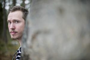 Carl Sundström vid minnesstenen på Häxberget.