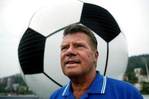 Lars-Erik Öberg har gjort mycket för fotbollen här i stan. Nu har han lämnat alla förtroendeuppdrag och ägnar mer tid åt hunden Sigge.