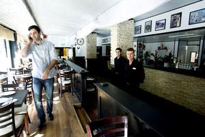 Många bokningar. Restaurangens delägare Sahip Sari får dagligen ta emot många samtal från Gävlebor som vill boka en plats i de nya lokalerna. Med på bilden finns också restaurangchef Micke Koyuncu och delägaren Hasan Tercan.