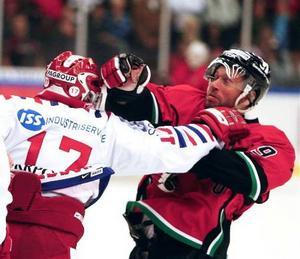 Magnus Wernblom och Timrås Johan Andersson i en dispyt. Bild: Jens Näsman/arkiv