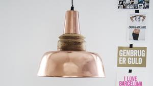 Industrilampan i koppar med träfäste kommer från det danska företaget Madame Stoltz.