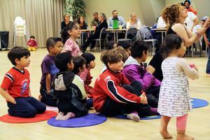 Barnen samlar sig framför den lilla scenen, där det snart blir sagoföreställning i form av bockarna Bruse.