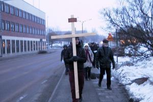 Här passerar gruppen kommunhuset på väg till frälsningsarmén.