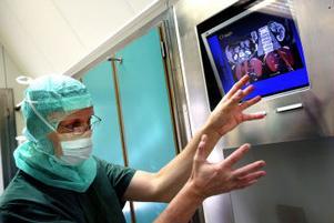 Databearbetade röntgenbilder hjälper urologen Per Lindblad att se var tumörvävnaden finns och var viktiga blodkärl löper.