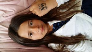 Det här är en nytagen bild på min dotter där hon själv hade satt dit den här texten som är en låtsas tatuering på sin hand. Jag tycker det är riktigt bra budskap att redan från barn visa att man är emot allt vad som har med droger att göra att det kan påverka många små barn om föräldrarna missbrukar eller säljer till barn.Tycker fler och fler ska sprida detta vidare...... Say No drogs !