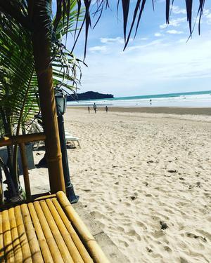 Familjen bodde på Klong Dao Beach på Koh Lanta, och varjde dag gick de till skolan längs stranden. Det tog cirka tio minuter att gå till skolan.