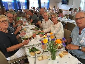 Släktgren Högberg vid middagen på släktjubileet i Viksjö. i bakgrunden Anders Engströms ättlingar.