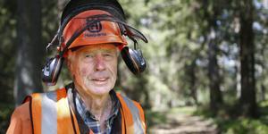 Göte Österman, 75 år,  fick nyligen pris av Mellanskog för sitt engagemang. Sedan stormen i januari har han jobbat med att kapa träd i skogen nästan varje dag.