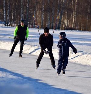 Lekfullheten var stor på isen på Sportfältet.Foto: Jörgen Notes