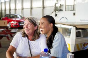 Alice Bah Kuhnke (MP) tillsammans med volontären Carina Stener.
