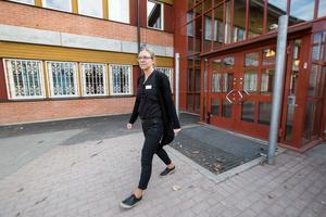 Åsa Fahlström, rektor på Vivallaskolan, berättar att hon känner för och kämpar för sin skola som har hårda besparingskrav. - Jag gör så gott jag kan, säger hon.