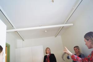 – Alla sovrum har en taklift, men i nuläget är det endast två hyresgäster som behöver använda den så bara till dem har vi köpt motorer, berättar enhetschefen Therese Larsson.