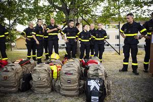 De franska brandmännen anländer till Färilas basläger i samband med sommarens skogsbrand Foto: Erik Simander / TT