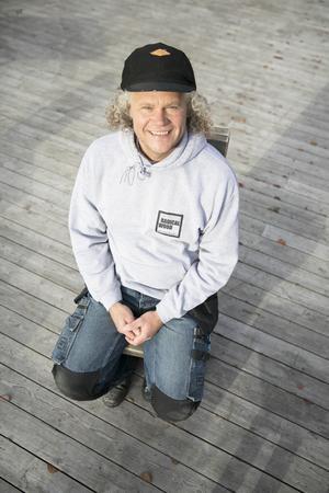 """Johan """"Rasta"""" Forsberg berättar att de jobbar med rejäla plank som målas och slipas för att få ett gammalt utseende."""