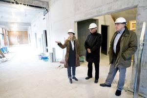NYA JOBB. Arenachefen Maya Olsson inspekterar byggplatsen tillsammans med Björn Jonson och Henning Eneström från Göranssonska stiftelserna. Arenan väntas både direkt och indirekt skapa många nya jobb i Sandviken.