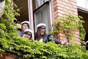 Överblick. Niklas, Johanna och Johanna kunde inte hålla sig från att kolla in läget utanför Borgis fönster.