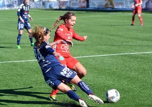 Courtney Strode, här i kamp med Kvarnsvedens Jessica Nakae, gjorde båda Örebros mål.