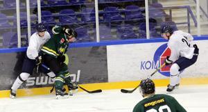 Det var en tät och fartfylld match mellan Borlänge och Östersund. Men isen höll bara i två minuter.